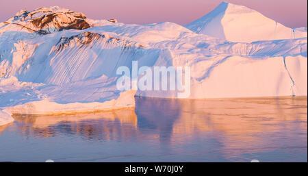 Le changement climatique et le réchauffement climatique - les icebergs de la fonte des glaciers dans la région de icefjord Ilulissat, Groenland. L'image aérienne d'arctic nature glace paysage. Unesco World Heritage Site.