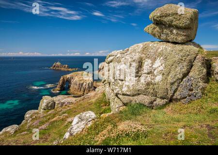 Royaume-uni, Angleterre, Cornouailles, Sennen, Land's End, Pordenack Point, pierre de granit formation au-dessus de l'île de Dodnan Enys arch et chevalier armé Banque D'Images