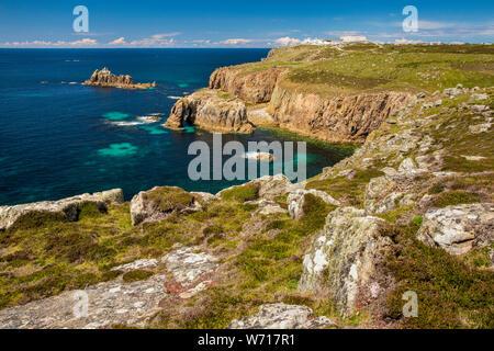 Royaume-uni, Angleterre, Cornouailles, Sennen, Land's End, Dodnan Enys et passage de l'île chevalier armé de Pordenack Point Banque D'Images