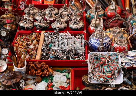 Articles divers vendus sur le marché aux puces de Cat Street à Hong Kong Banque D'Images