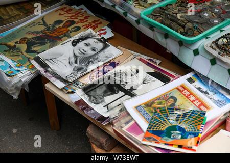 Vintage posters et images vendues sur le marché aux puces de Cat Street à Hong Kong Banque D'Images