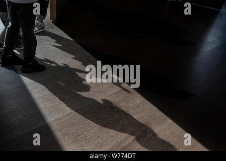 Porte ouverte et les ombres d'enfants en train de parler de quelque chose dans une petite pièce - photo à propos de secret mystère Banque D'Images