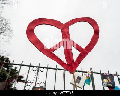 La paix rouge coeur en papier contre un ciel gris à la mosquée memorial tir à Christchurch, Nouvelle-Zélande Banque D'Images