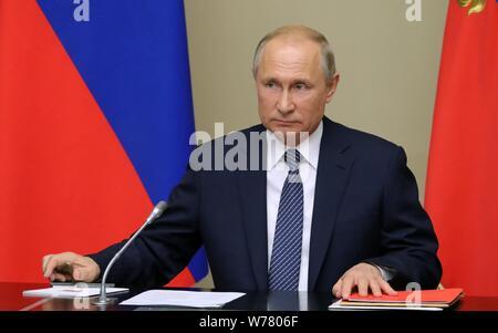Moscou, Russie. Le 05 août, 2019. Le président russe Vladimir Poutine préside une réunion du Conseil de sécurité à l'extérieur de Moscou, Russie, le 5 août, 2019. La Russie va commencer le développement à grande échelle des missiles interdits par les forces nucléaires à portée intermédiaire effondré (INF) traité si les États-Unis commence à le faire, le Président Vladimir Poutine a déclaré lundi. (Spoutnik/document via Xinhua) Credit: Xinhua/Alamy Live News Banque D'Images