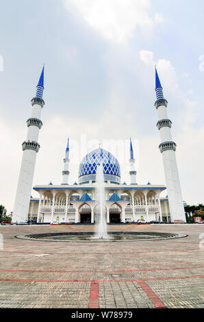Le Sultan Salahuddin Abdul Aziz Shah mosquée, également connu sous le nom de mosquée bleue, est la Mosquée nationale de Selangor, Malaisie. Il est situé dans la région de Shah Alam et est Banque D'Images