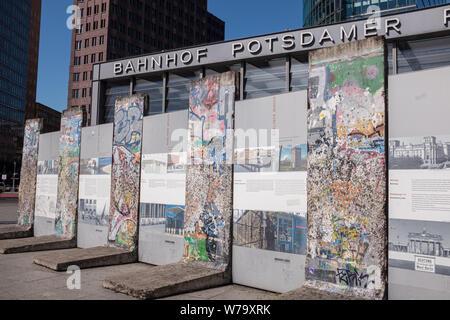 La section du mur de Berlin sur l'exposition sur la Potsdamer Platz dans le centre de Berlin, Allemagne. Banque D'Images