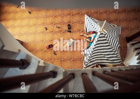 Bébé Garçon jouant à la maison, couché dans sa tente, vue du dessus du haut, peu d'enfant espiègle, heureux de l'enfance insouciante