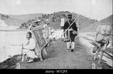 Les coolies coréen agissant comme porteurs pour les soldats japonais, guerre russo-japonaise, 1904-05. Artiste: Inconnu