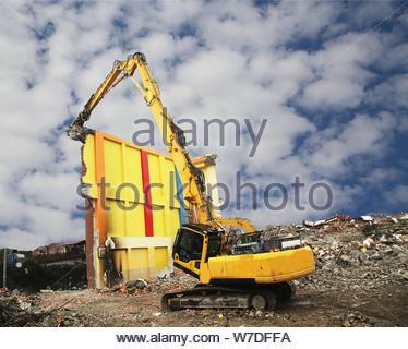 La machinerie et l'ingénieur travaillant sur le site de démolition. Élevée portée demolotion axcavator sur le site de démolition. Banque D'Images