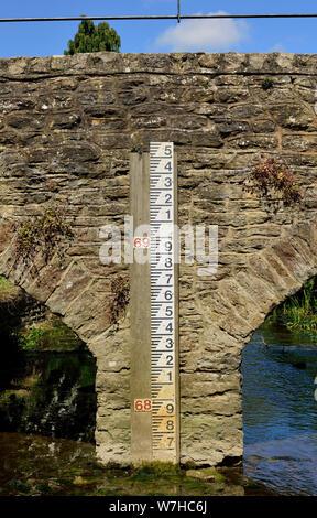 Une jauge de mesure du niveau d'eau sur le pont de l'OIE, sur le bras de la rivière Tetbury Avon à Malmesbury, Wiltshire. Banque D'Images