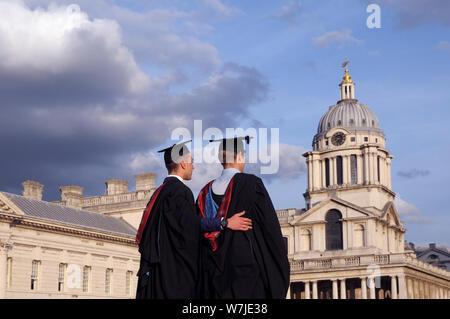 Les étudiants de l'Université de Greenwich qui pose pour des photos sur des diplômes dans le domaine de l'Old Royal Naval College, Londres, Angleterre, Royaume-Uni Banque D'Images