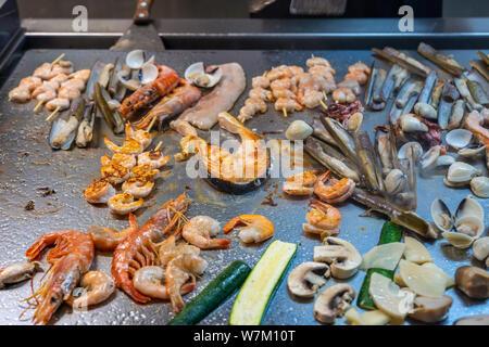 Divers types de fruits de mer cuits sur la table de cuisson en buffet