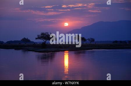 Coucher de soleil sur le fleuve Zambèze, Mana Pools National Park, Zimbabwe, Octobre 2012 Banque D'Images