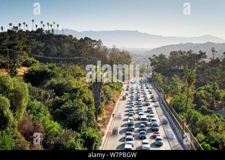 Un fort trafic sur l'autoroute de Pasadena, CA La Route 110, qui mène dans le centre-ville de Los Angeles, Californie, USA, Juin 2011 Banque D'Images