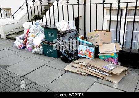 Noël à l'extérieur de l'emballage de consommation post house ainsi que tous les bacs de recyclage, Département d'Islington, Londres, Royaume-Uni Banque D'Images