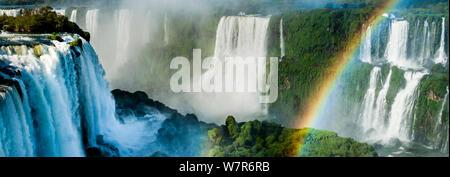 Arc-en-ciel sur Iguasu Falls, sur la rivière Iguasu, Brésil / Argentine frontière. Photographié depuis le côté Brésilien des chutes. État de Parana, Brésil. Septembre 2012 Banque D'Images