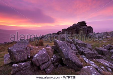 Lever du soleil intense au-dessus de Belstone Tor, Dartmoor National Park, Devon, Angleterre. Janvier 2012. Banque D'Images