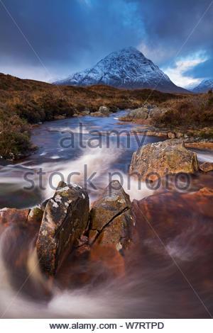 Ruisseau Highland par Buachaille Etive Rannoch Moor vers la montagne, de l'Écosse. Mor Novembre 2012. Banque D'Images