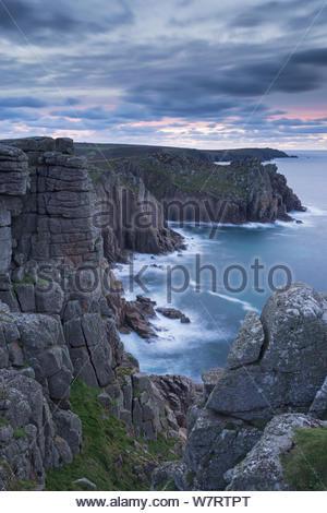 De magnifiques falaises de granit de Pordenack Point, Land's End, Cornwall, Angleterre. Décembre 2012. Banque D'Images