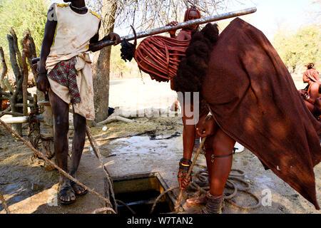 Femme Himba avec une corde en tirant l'eau d'un puits. Kaokoland, Namibie, septembre 2013.