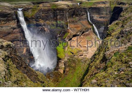Islande: chute d'Háifoss situé près du volcan Hekla. La rivière Fossá chute d'une hauteur de 122 m. Banque D'Images