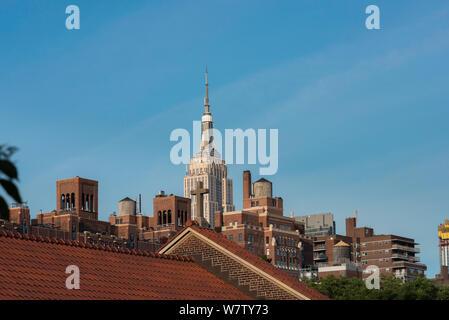 Le centre-ville de New York, vue sur les toits de Chelsea à Manhattan, avec l'Empire State building visible dans la distance, New York City, USA