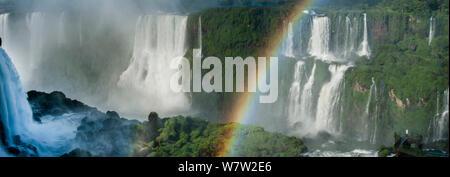 Arc-en-ciel sur Iguasu Falls, sur la rivière Iguasu, Brésil / Argentine frontière. Photographié depuis le côté Brésilien des chutes. État de Parana, Brésil, septembre. Banque D'Images