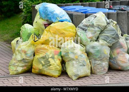 07 mai 2019, Saxe, Threna: sacs jaunes en face de papier bleu - sacs de déchets en plastique plein sont prêts pour la collecte par l'entreprise d'élimination des déchets sur la route dans un village près de Leipzig. Photo: Volkmar Heinz/dpa-Zentralbild/ZB Banque D'Images