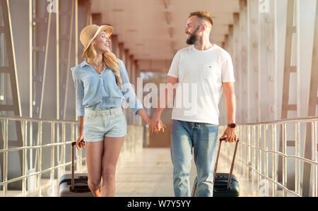 Sur la façon de miel. Deux voyageurs avec valises Banque D'Images