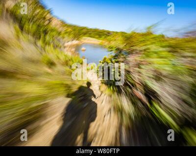 Mauvais terrain vacant vacant faible excès de campagne vue le long des buissons de l'arbre vert feuillage branches twirl circulaire motion aka moto Banque D'Images