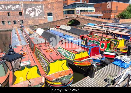 Canal amarrés des bateaux sur le Canal de Worcester et Birmingham, le gaz du bassin de la rue, Birmingham, West Midlands, England, United Kingdom Banque D'Images