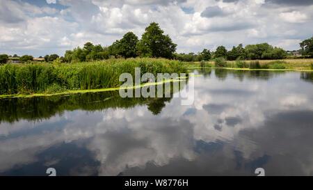 La rivière stour à fiddleford mill avec les nuages et les reflets dans la rivière