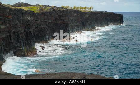 En regardant les vagues violentes contre l'écrasement d'imposantes falaises mai/ n'est peut-être pas se détendre mais on obtient une expérience humiliante. L'un est insignifiante dans le temps