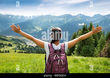 Femme avec sac à dos, avec vue panoramique sur la montagne Banque D'Images