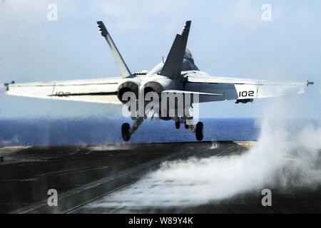 Un U.S. Navy F/A-18E Super Hornet affectés à l'escadron de combat interarmées 41 lancements depuis le porte-avions USS Nimitz (CVN 68) pendant que le navire est en cours dans la mer du Japon, le 3 mars 2010.