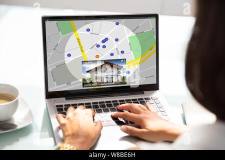Recherche femme pour l'Immobilier en ligne sur ordinateur portable Banque D'Images