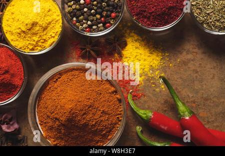 Red Hot Chili Peppers. Place pour le texte. Différents types d'épices dans un bol sur un fond de pierre. La vue d'en haut