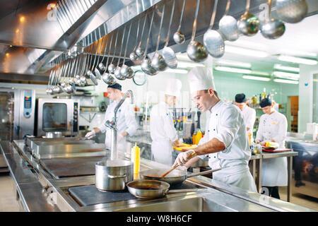 Cuisine moderne. Les chefs préparer vos repas dans la cuisine du restaurant. Banque D'Images