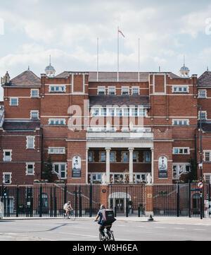 Londres, Royaume-Uni - 16 juillet 2019: Cyclists riding passé Kennington Oval, un terrain de cricket international et du Surrey County Cricket Club depuis
