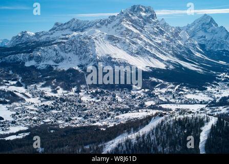 Le romantique, recouvert de neige Ski Resort de Cortina d Ampezzo Dolomites italiennes dans le vu de Tofana avec col Druscie au premier plan. Banque D'Images