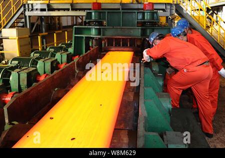 --FILE--Chinese workers survey la production d'acier dans une usine d'acier spécial Dongbei Group Co., Ltd. à Dalian, ville du nord-est de la Chine Liaoning Banque D'Images