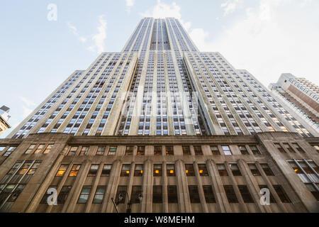 New York/USA - 27 mai 2019, l'Empire State Building. Low Angle View, Perspective, fond de ciel bleu. Site historique de la ville de New York.