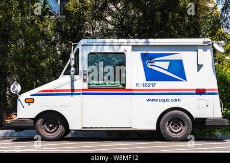 8 août 2019, Palo Alto / CA / USA - USPS véhicule garé sur le côté de la route Banque D'Images