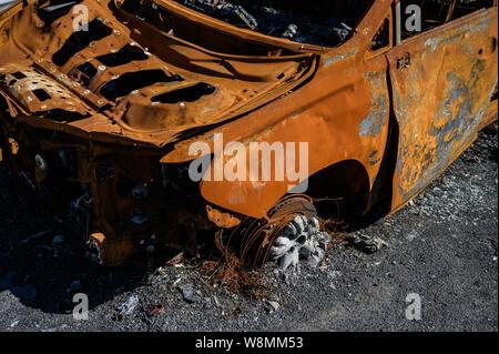 Brûlé et squelette voiture rouillée. Banque D'Images