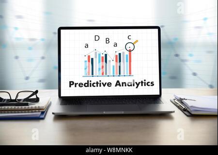 Predictive Analytics Businessman working at Office 24 et à l'aide d'un ordinateur et d'objets, café, vue d'en haut, Banque D'Images