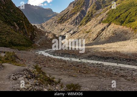 Randonnée à travers le paysage aride et accidenté qui mène à la tête de Franz Josef Glacier en Nouvelle-Zélande personne dans l'image Banque D'Images