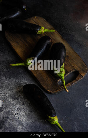 Concept d'aliments biologiques avec les aubergines sur fond de pierre with copy space Banque D'Images