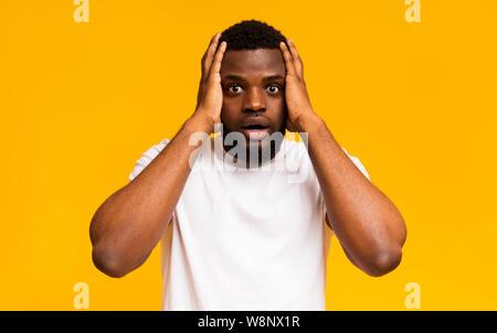 Choqué african american man les mains sur la tête