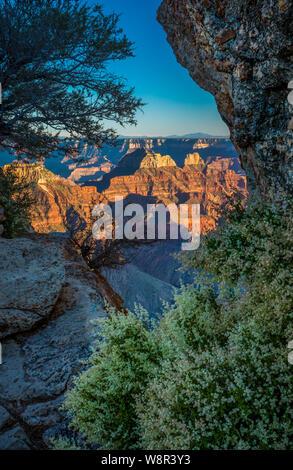 Bright Angel Point sur la rive nord du Grand Canyon ..... Le Grand Canyon est un canyon aux flancs abrupts sculptés par le fleuve Colorado dans l'état de l'Ar Banque D'Images