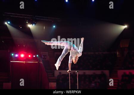 L'homme en acrobaties aériennes le cirque arena.